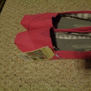 NWT Woman's Hot Pink Canvas Shoes - 9.5